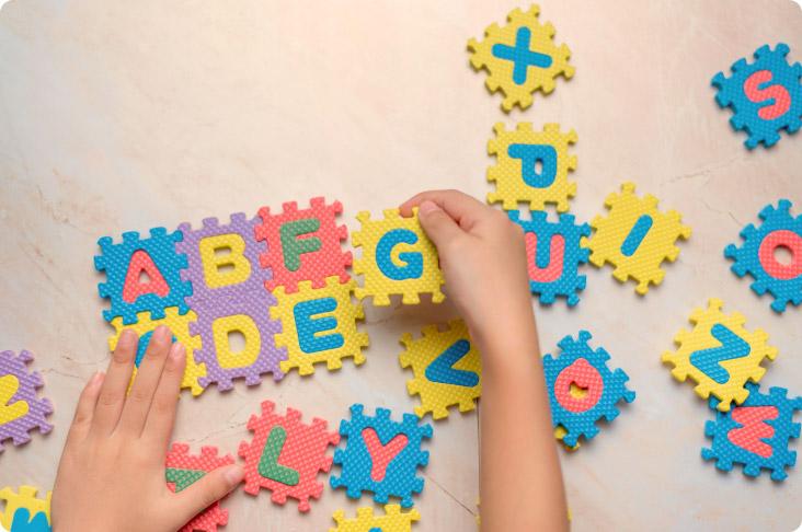 Buchstaben Spiel und Kinderhand